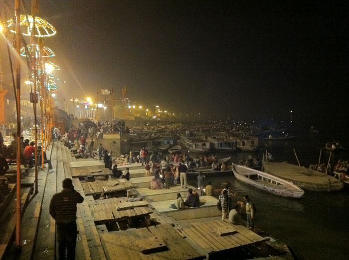 Celebraciones religiosas en Varanasi, a la orilla del Ganges.