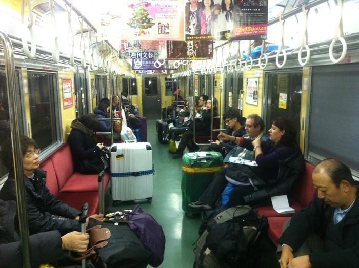 En el tren de camino al centro de Tokyo desde Narita. Las mochilas andan por el suelo.