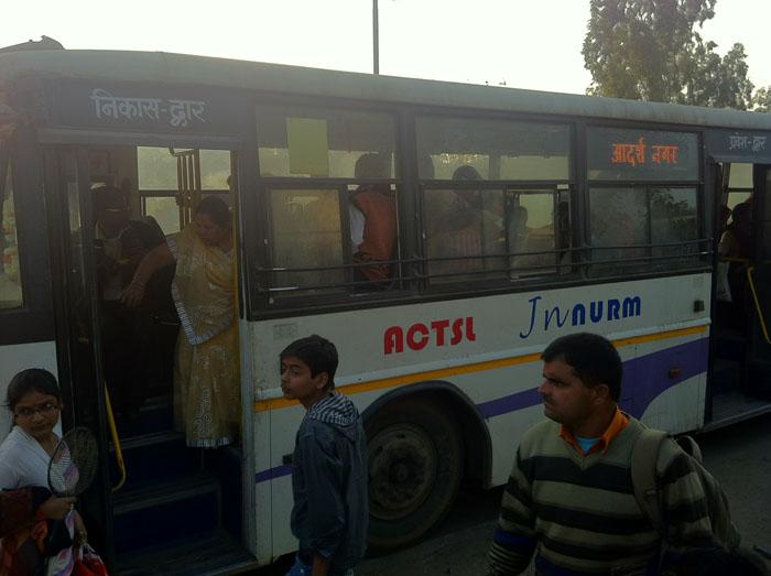 Cogiendo el autobús de línea en Pushkar.