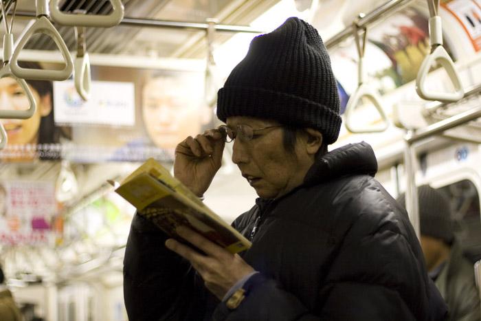 Gente durmiento en el metro de Tokyo