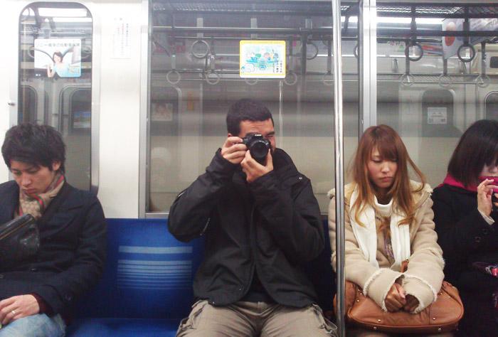 Todo el munso se para el viaje durmiendo, con el smartphone, leyendo o haciendo fotos