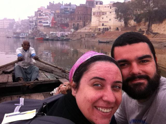 Paseo en barca por el río Ganges. Varanasi. India.