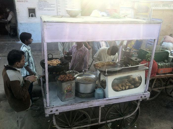Puesto de comida en la estación de autobuses de Pushkar.