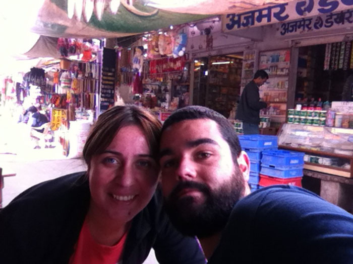 Desde una calle en un mercado de Pushkar.