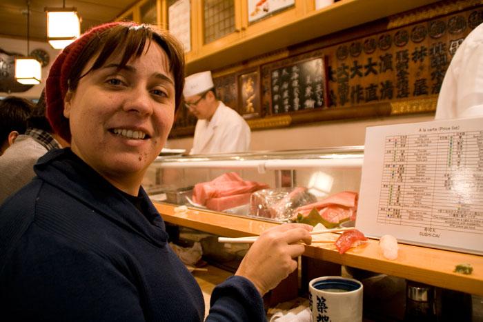 Comiendo sushi en el Sushi-Day - Tokyo