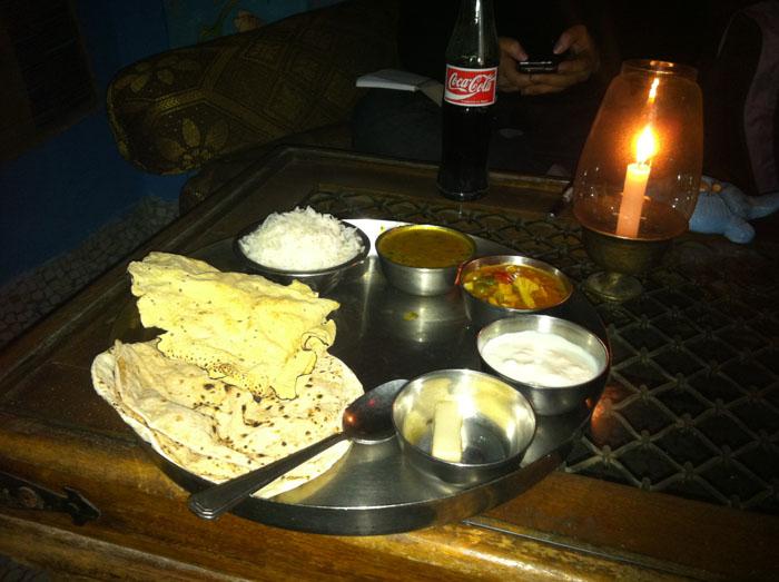 Thali. Plato típico de comida India con diferentes alimentos.