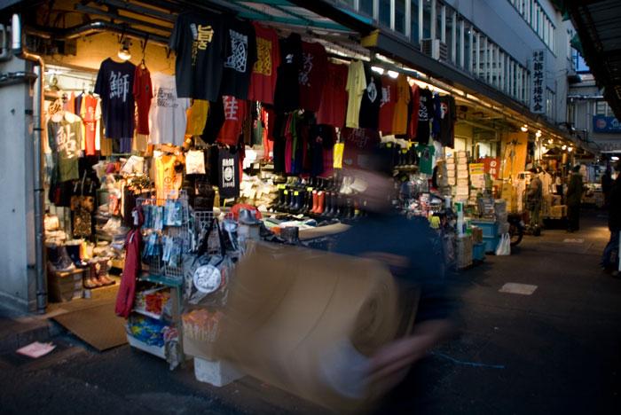 Tiendas en el mercado de pescado de Tsukiji