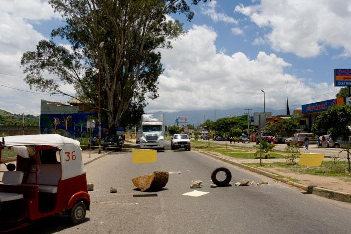 Carretera cortada en Atzompa (Oaxaca) pidiendo pavimentación