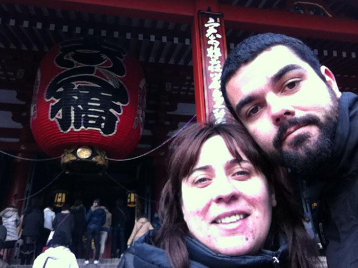 Ruth y yo en la entrada del templo Shensho-Ji