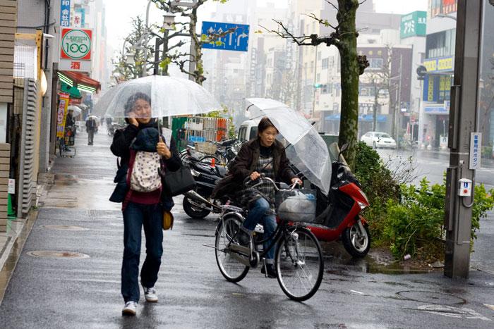 Teléfonos móviles y paraguas, lo básico para salir a la calle.