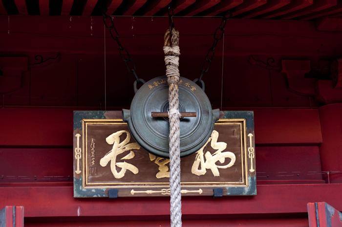 Gong en la entrada al templo