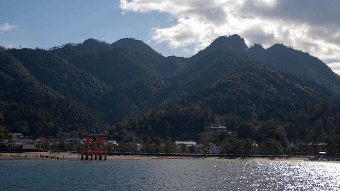 Vista de la isla de Miyajima y el monte Misen