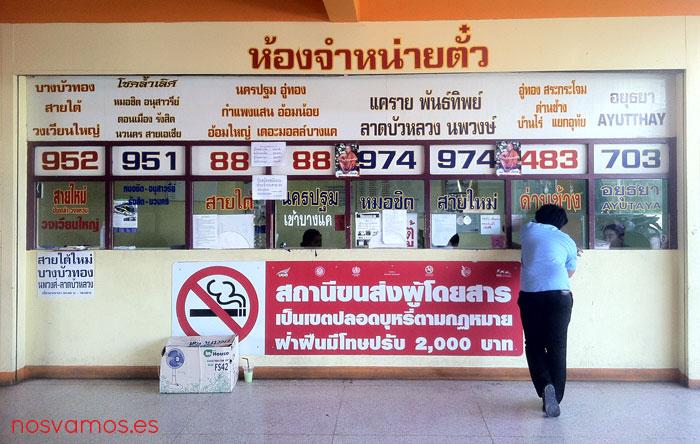 Mostradores en la estación de autobuses de Suphanburi