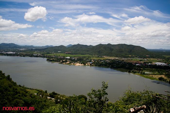Vistas de Kanchanaburi desde la cima de la montaña