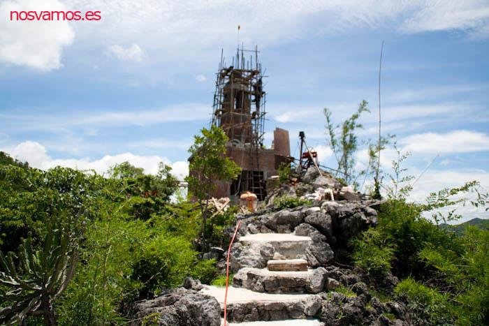 Pagoda en contrucción en la cima de la montaña