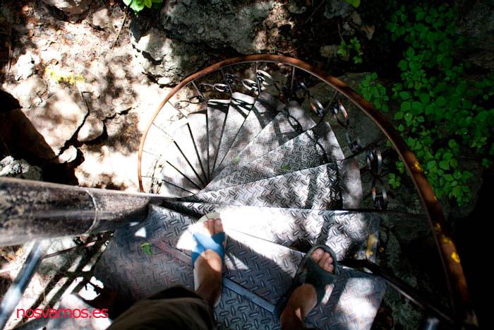 Escaleras para salir del templo en mitad de la montaña