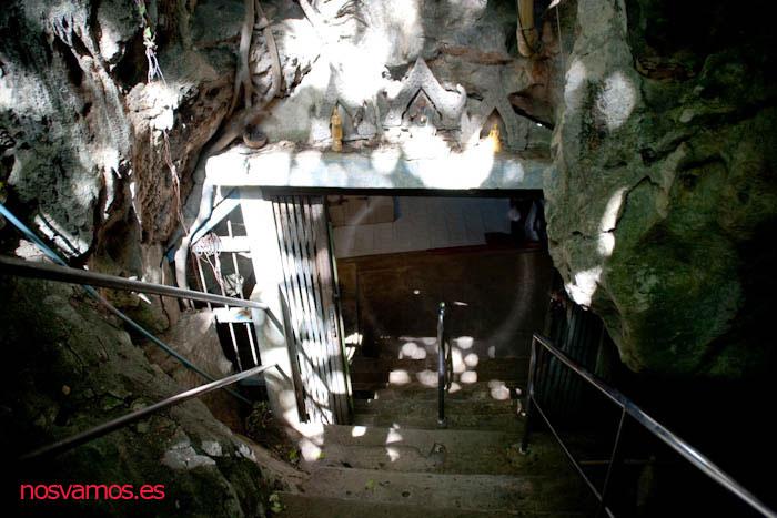Acceso a la cueva bajando las primeras escaleras