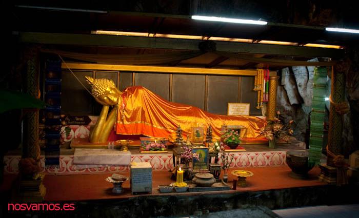 Uno de los santuarios con un Buda reclinado