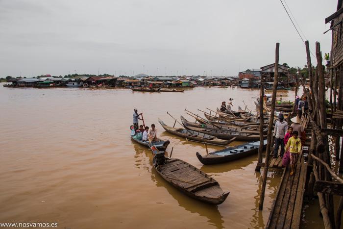 Acceso desde Kampong Chhnang a los barcos de madera