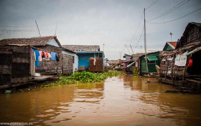 Una de las decenas de 'calles' del poblado flotante