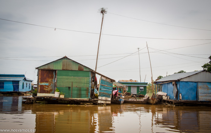 Casas flotantes del poblado Chong Kos