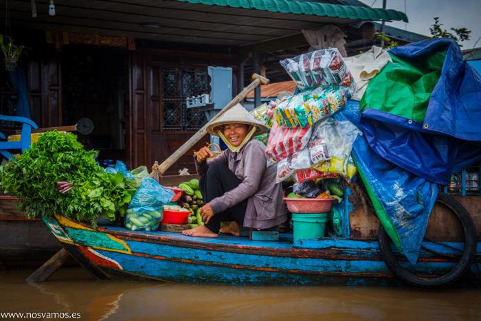 Los mismos barcos para pasear turistas son los que se usan para el comercio dentro del poblado