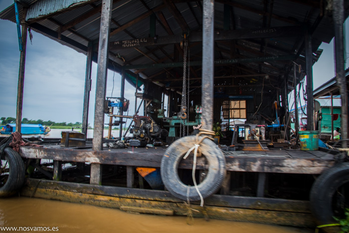 Taller mecánico flotante, muy importante para los barcos a motor