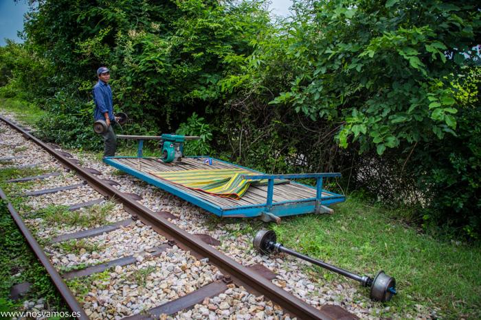 Tren desmontado en la cuneta