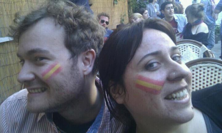 """Mathias (austriaco) y yo en Bruselas celebrando nuestra """"españolidad"""" con el fútbol, otro tipo de """"gran familia española"""" :P"""