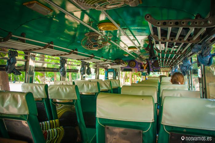 El autobús de vuelta, igual que el de ida. Aire acondicionado el que entra por las ventanillas