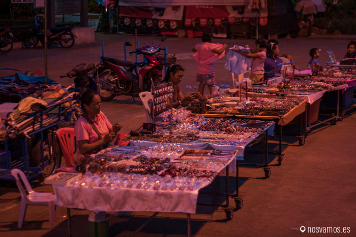 Mercado nocturno al lado del puente