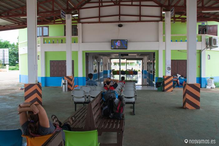 Aprovechando una estación de autobuses vacía para ver el culebrón de la tarde