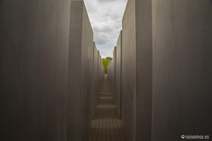 Monumento a los Judios asesinados, al fondo el Tiergarten