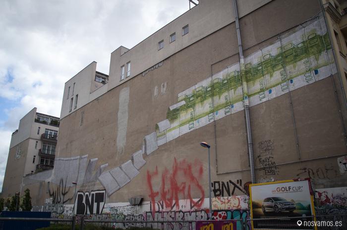 Otro graffiti de BLU. Köpenicker Strasse