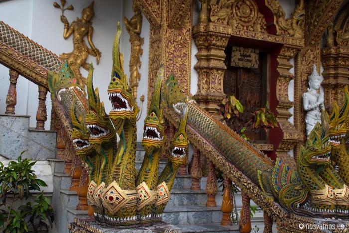 """Nagas """"serpientes"""" a la entrada del Wat Bupparam"""