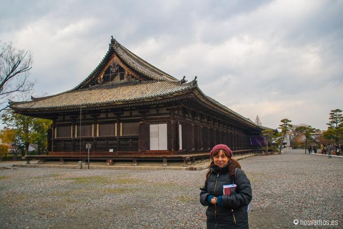 Ruth delante de la galería principal de Sanjusangendo