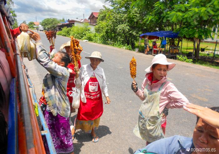 En el camino hay un par de paradas para que la gente venga a vender comida a los viajeros