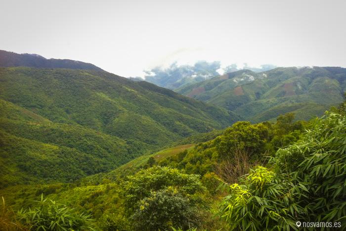 Vistas de las montañas de camino a Vang Vieng