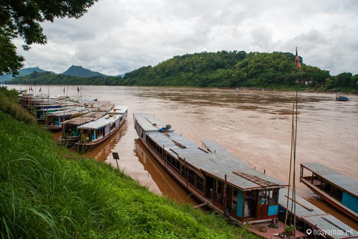 Las barcas de turistas atracadas en el Mekong
