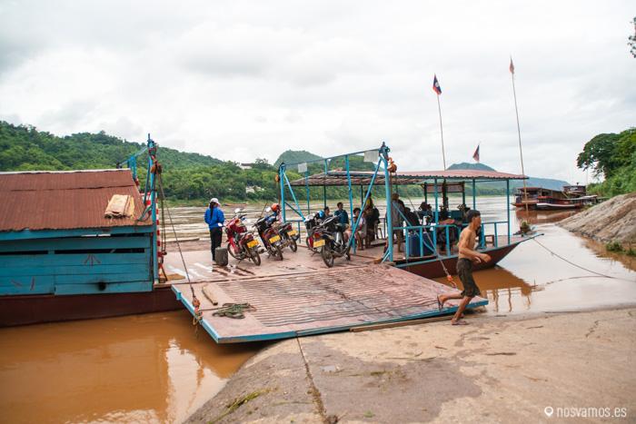 Trasbordador para cruzar el Mekong con vehículos