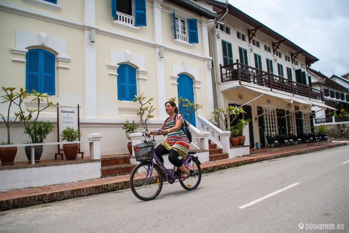 Ruth disfrutando en bici de Luang Prabang. La primera vez que cogía una bici :D
