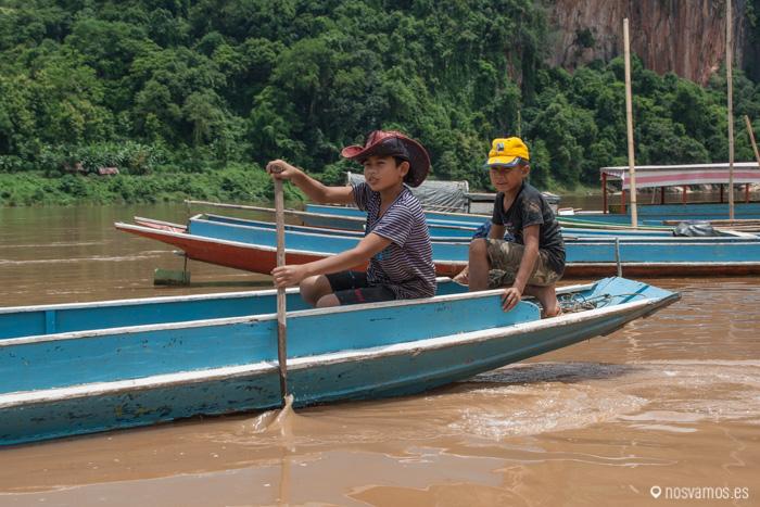 Los niños de esta zona se acostumbran enseguida a la vida en el río