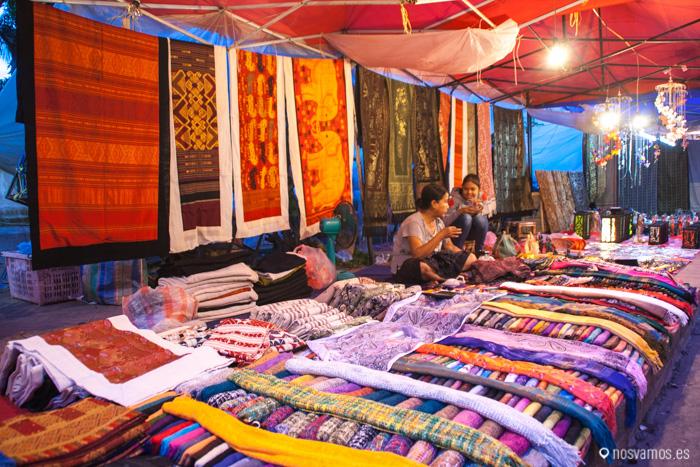 Puesto de telas en el mercado © Juan José Cacho