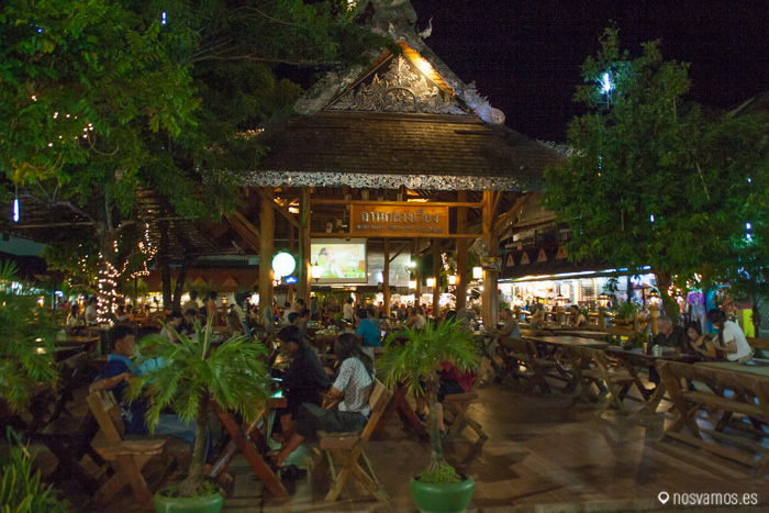 Plaza con las mesas para cenar en el mercado nocturno