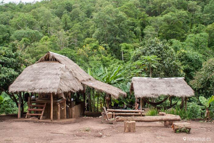 Pequeño poblado de camino a las cascadas Pam Bok