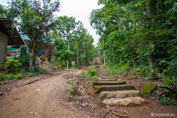 Escaleras de subida al Wat Mae Yen