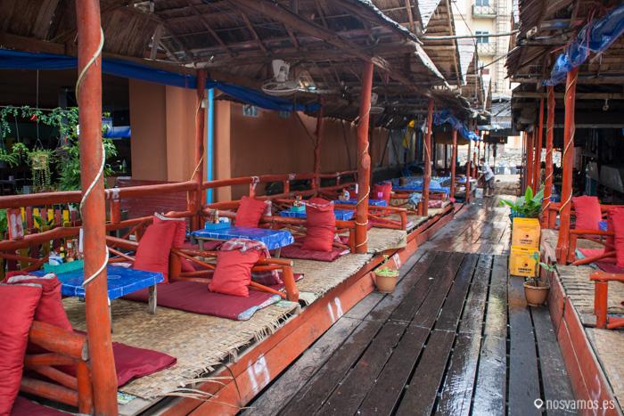Los locales de Vang Vieng además de estar totalmente abiertos son típicas las colchonetas en el suelo