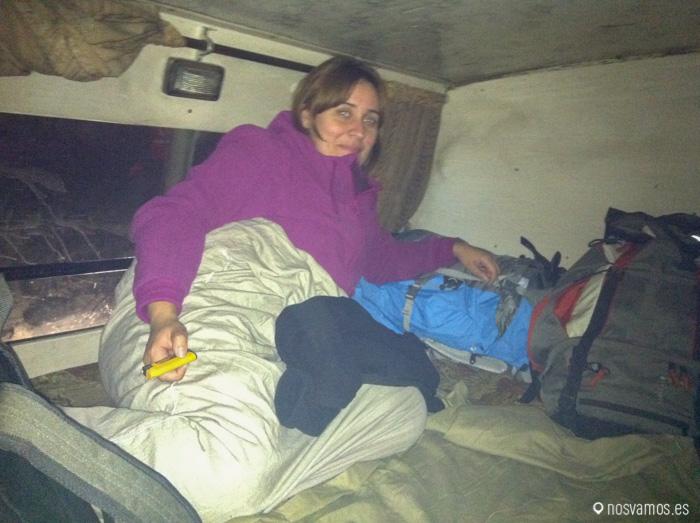 Un autobús con camas encima de los asientos, la muerte. Viajando de Udaipur a Pushkar. India 2011