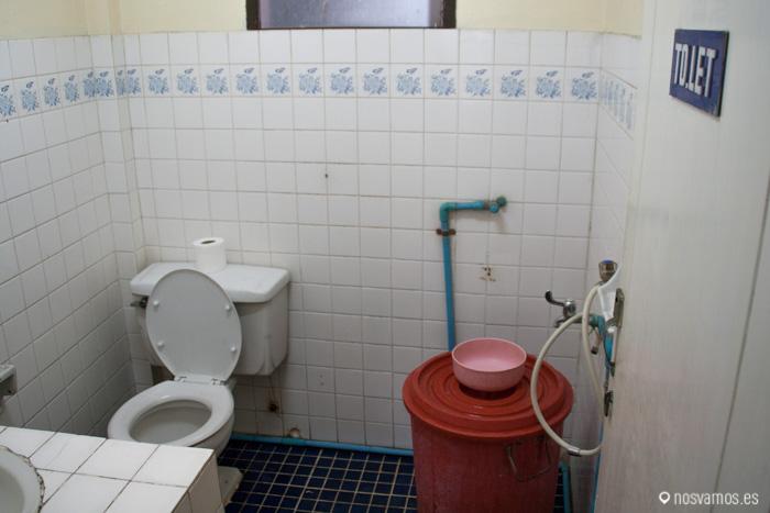 Nuestro baño compartido, el cubo grande sustituye a la ducha ;) . Bangkok 2013