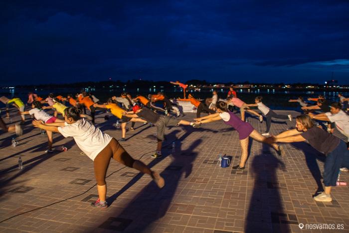 Por la noche el paseo se anuma con muchos grupos haciendo gimnasia